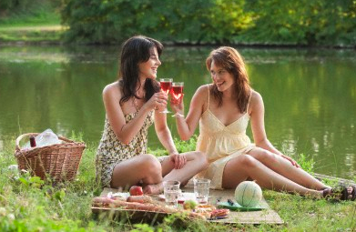french-women-having-picnic